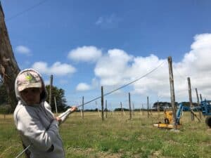 Installation des piquets pour le houblon et Sara